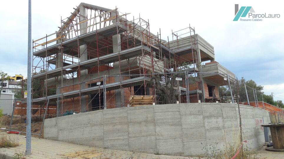 Vista dalla strada della villa in costruzione