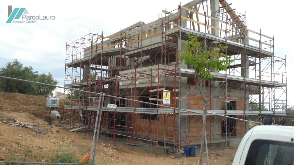 Vista d'angolo della villa in costruzione