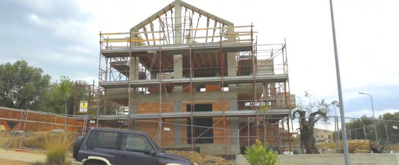 Vista laterale della villa in costruzione